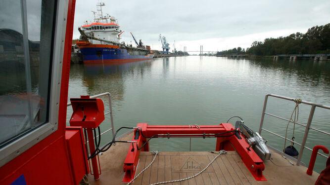Un catamarán del Puerto limpiará basuras marinas y recogerá muestras del Guadalquivir