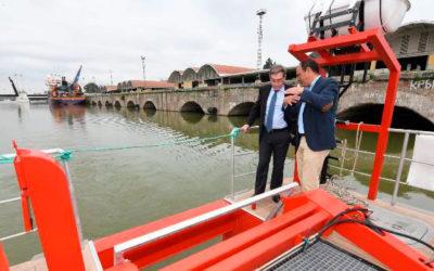 Un catamarán verde para limpiar el plástico del Guadalquivir